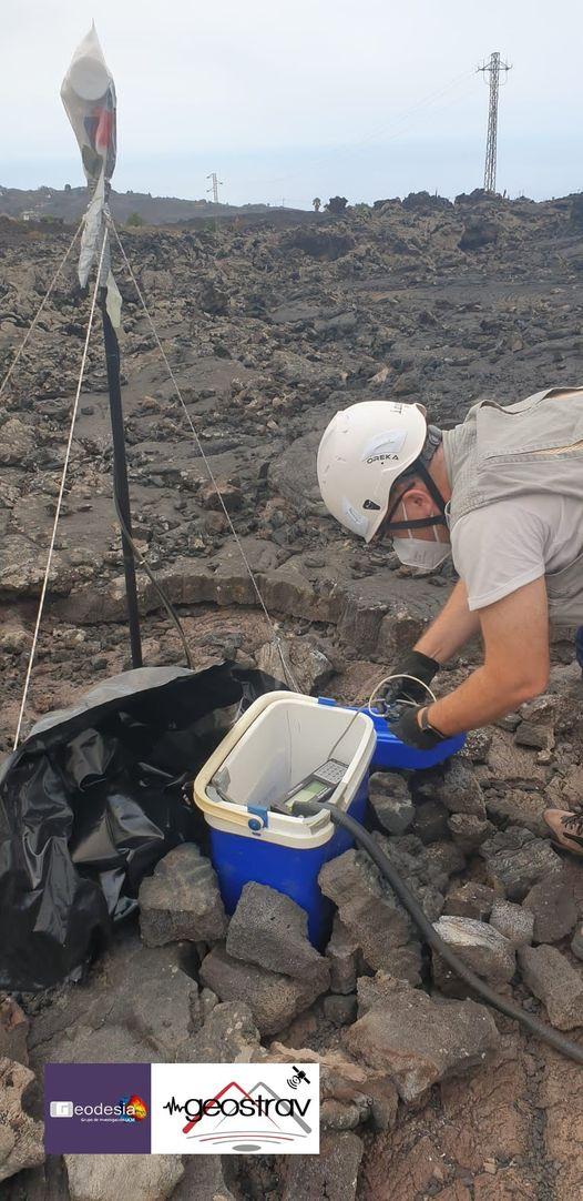 Miembros del IGEO monitorizando la erupción de La Palma
